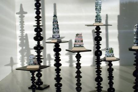 """""""Haltères"""", 2008 bois tourné laqué et les oeuvres de Ji-Sun Shin, """"Souvenirs"""", (c)est-nord-est"""